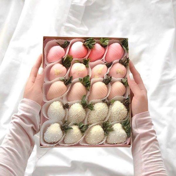 Набор клубники в шоколаде: розовый градиент