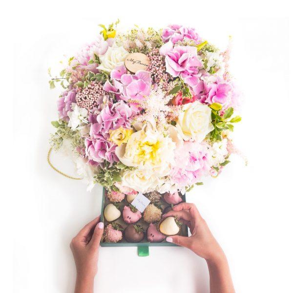 Цветочная композиция: поросята и цветы