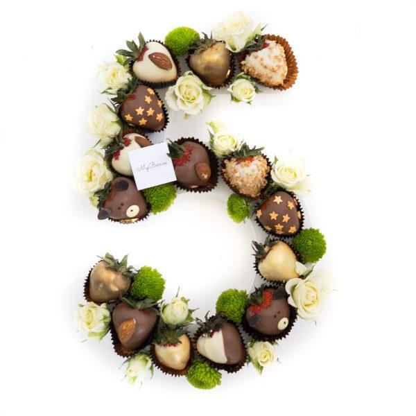 Цифра из клубники в шоколаде: пять