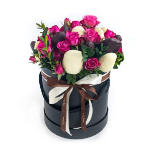 Шляпная коробка: чёрного цвета с розовыми розочками