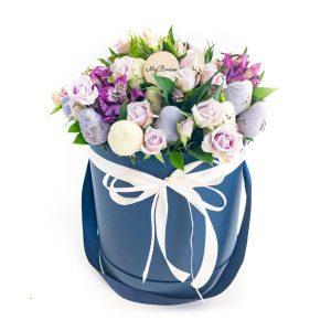 Шляпная коробка: синяя с кустовыми розочками и альстромериями Лаванда