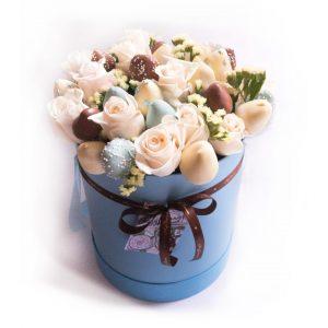 Шляпная коробка: голубая, с розами