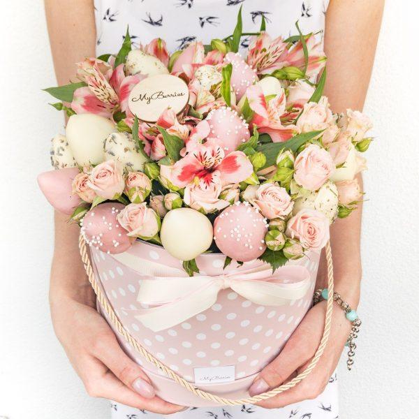 Шляпная коробка: с альстромериями, розовая в горошек