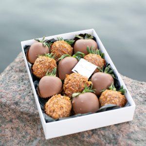 Набор клубники в шоколаде: вафельная крошка