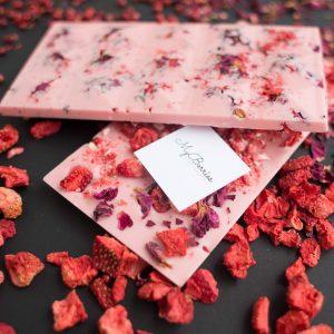 Клубничный с клубникой и лепестками роз