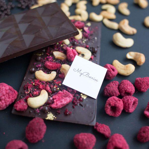 Горький шоколад с кешью и малиной